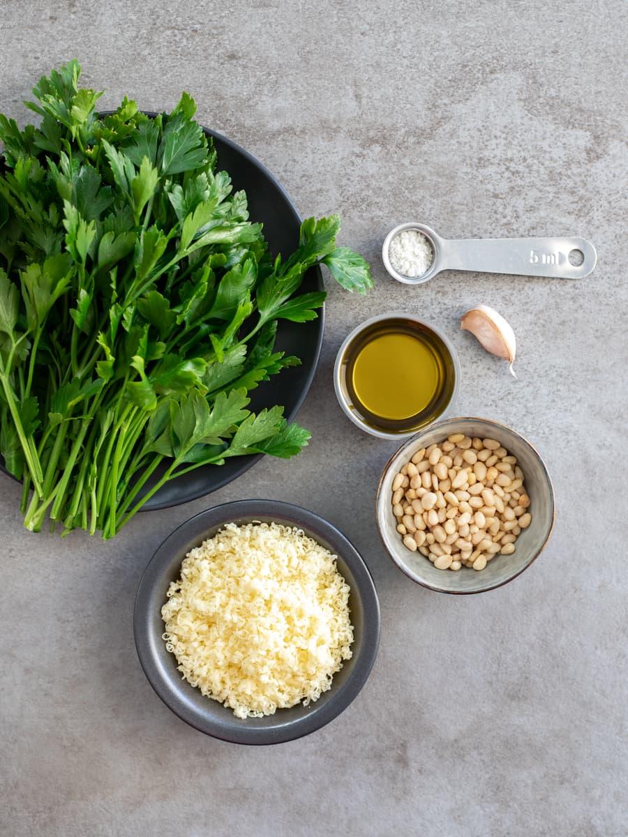 Ingredientes para Pesto de Pinhão e Salsa