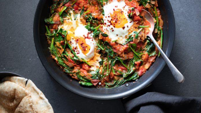Shakshuka com tomate fresco e espinafre